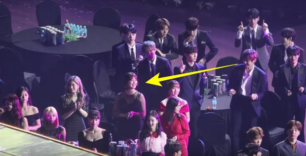 Soi lại loạt khoảnh khắc liếc mắt đưa tình này của Kang Daniel và Jihyo mới thấy: Lễ trao giải đúng là nơi chắp cánh tình yêu! - Ảnh 6.