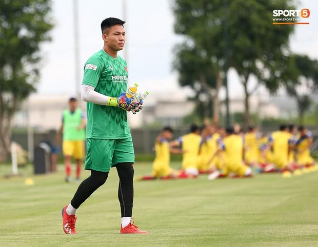 HLV Park Hang-seo thích thú hướng dẫn thủ môn đặc biệt ở U22 Việt Nam, mới 20 tuổi đã cao hơn cả Lâm Tây - Ảnh 7.