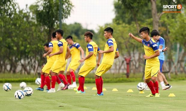 HLV Park Hang-seo thích thú hướng dẫn thủ môn đặc biệt ở U22 Việt Nam, mới 20 tuổi đã cao hơn cả Lâm Tây - Ảnh 8.