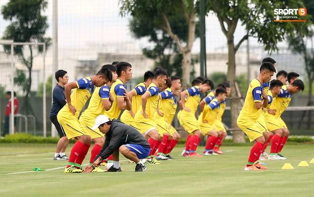 HLV Park Hang-seo thích thú hướng dẫn thủ môn đặc biệt ở U22 Việt Nam, mới 20 tuổi đã cao hơn cả Lâm Tây - Ảnh 2.