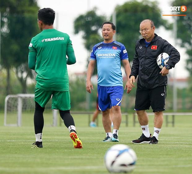 HLV Park Hang-seo thích thú hướng dẫn thủ môn đặc biệt ở U22 Việt Nam, mới 20 tuổi đã cao hơn cả Lâm Tây - Ảnh 3.