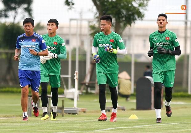 HLV Park Hang-seo thích thú hướng dẫn thủ môn đặc biệt ở U22 Việt Nam, mới 20 tuổi đã cao hơn cả Lâm Tây - Ảnh 4.