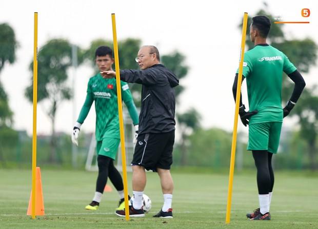 HLV Park Hang-seo thích thú hướng dẫn thủ môn đặc biệt ở U22 Việt Nam, mới 20 tuổi đã cao hơn cả Lâm Tây - Ảnh 5.