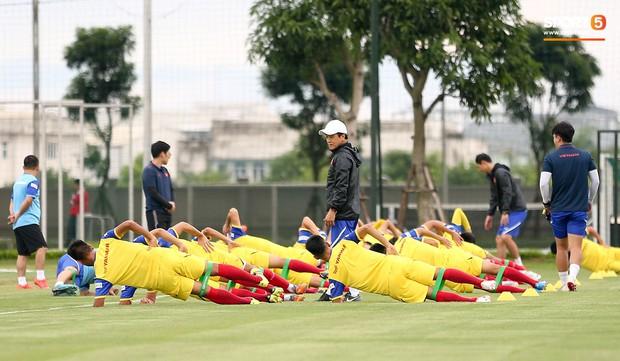HLV Park Hang-seo thích thú hướng dẫn thủ môn đặc biệt ở U22 Việt Nam, mới 20 tuổi đã cao hơn cả Lâm Tây - Ảnh 1.