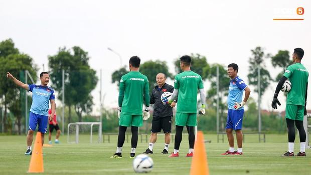 HLV Park Hang-seo thích thú hướng dẫn thủ môn đặc biệt ở U22 Việt Nam, mới 20 tuổi đã cao hơn cả Lâm Tây - Ảnh 6.