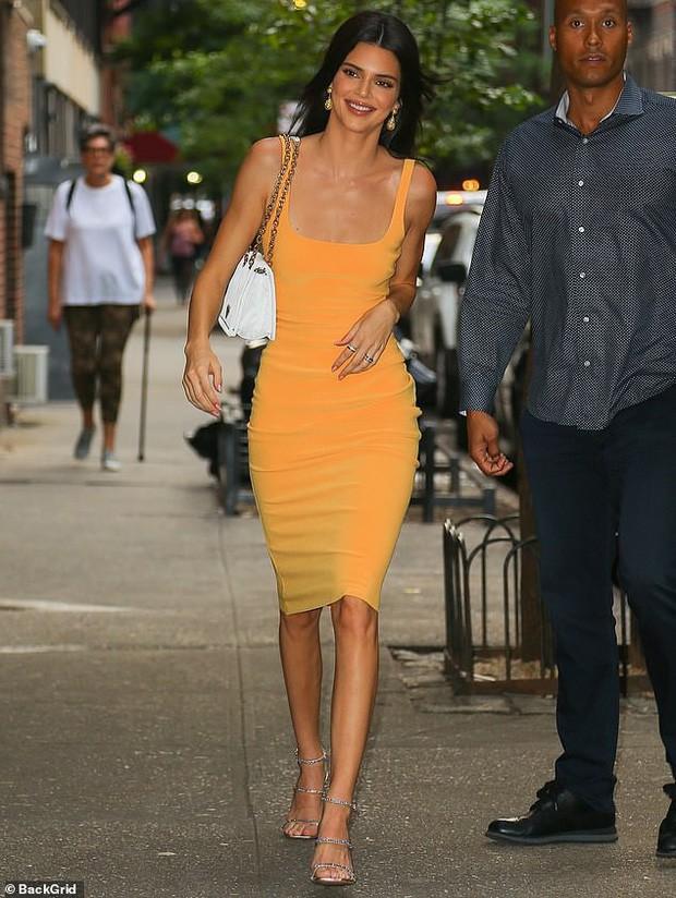Diện váy ngắn bó sát, Kendall Jenner khoe trọn body xứng danh chân dài 9X đắt giá nhất thế giới - Ảnh 4.