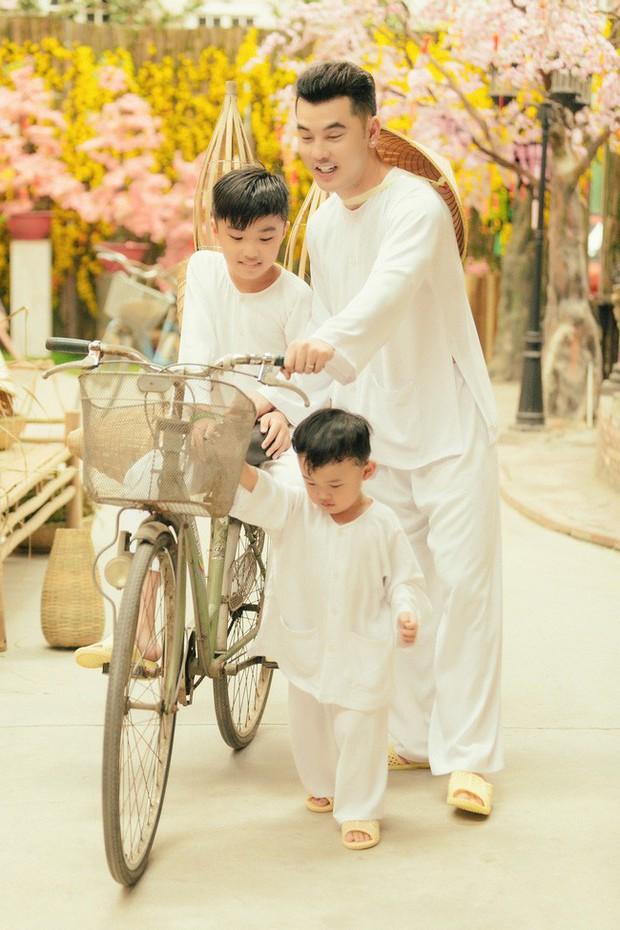 Điểm mặt 5 bố dượng nổi tiếng showbiz Việt: Người cưng chiều con riêng nhất mực, người bị lên án sau hành vi ngược đãi - Ảnh 2.