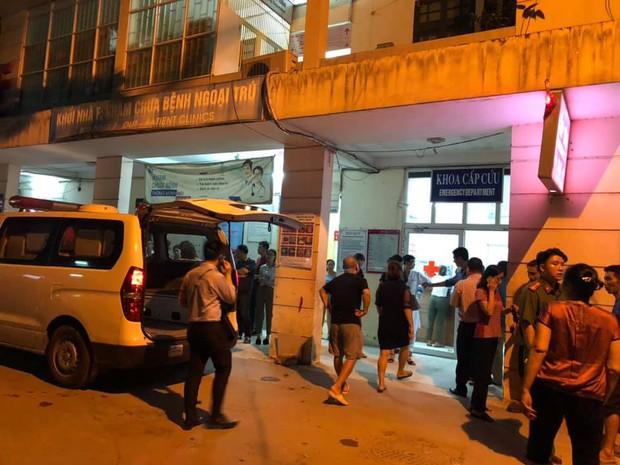 Vụ học sinh lớp 1 tử vong vì bị bỏ quên trên xe đưa đón của trường: Người thân khóc ngất, không thể đứng vững tại bệnh viện - Ảnh 1.