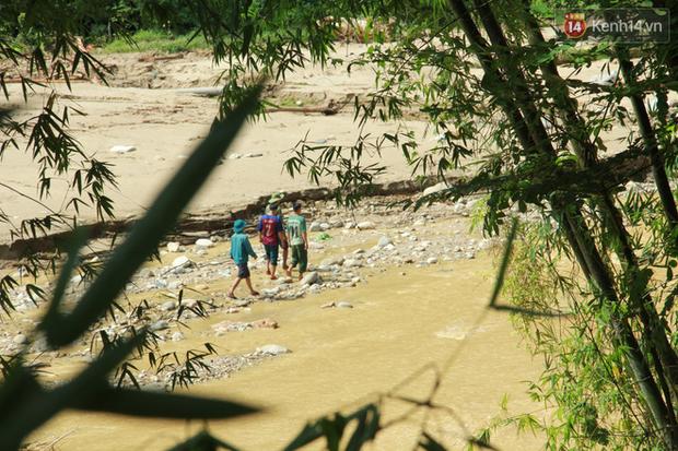Tiếng khóc xé lòng tại bản Sa Ná: Người vợ, người mẹ lang thang khắp bờ sông ngóng tìm người thân mất tích trong cơn lũ dữ - Ảnh 10.