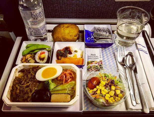 Muốn biết hạng thương gia sang chảnh hơn ghế thường ra sao, cứ nhìn bữa ăn của 19 hãng bay nổi tiếng này sẽ rõ! - Ảnh 22.