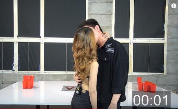 Giữa ồn ào cấu tay bé Henry, Kin Nguyễn bị khui lại clip từng tham gia gameshow cởi đồ bằng miệng phản cảm với bạn gái cũ - Ảnh 2.
