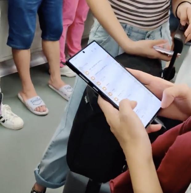 Galaxy Note 10+ lần đầu lộ diện trong một đoạn video quay trực tiếp trên tàu điện ngầm - Ảnh 1.