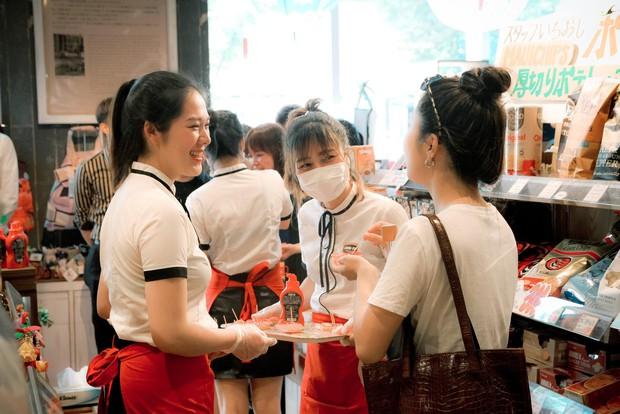 Mới ngày đầu ra mắt, tương ớt CHIN-SU đã khiến nhiều thực khách Nhật Bản xếp hàng để thưởng thức - Ảnh 5.