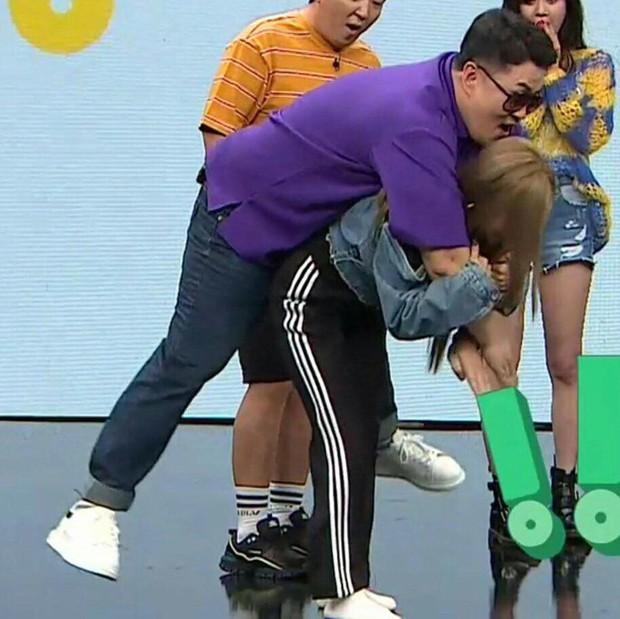 Ryujin (ITZY) run lẩy bẩy khi phải cõng nam MC có cân nặng gấp đôi mình - Ảnh 6.