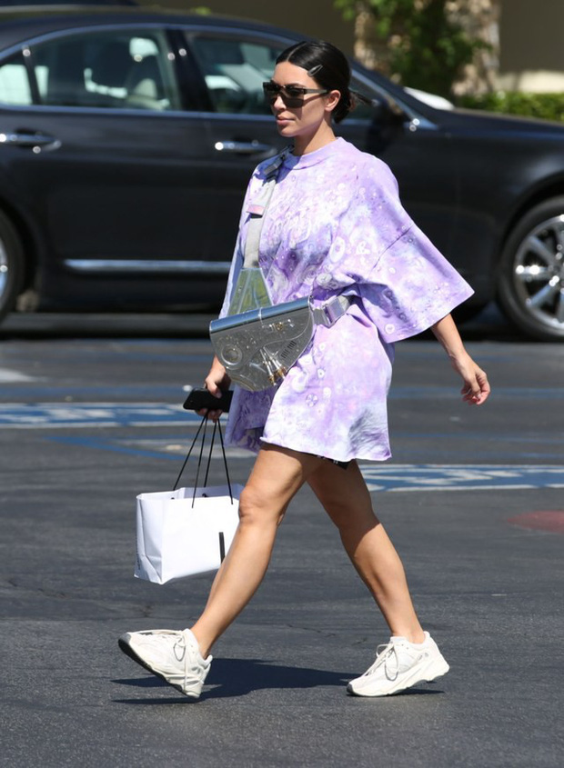 Kim K đích thị là mẹ thiên hạ trong khoản đồ hiệu: dạo phố sương sương với siêu phẩm Dior 800 triệu VNĐ chỉ có 10 chiếc trên toàn cầu - Ảnh 1.