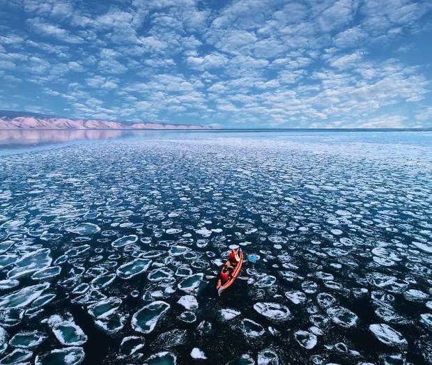 Nhìn tưởng Bắc Cực, nhưng đây lại là hồ nước rộng và sâu nhất thế giới, ẩn chứa 5 bí ẩn nhân loại chưa có câu trả lời - Ảnh 1.