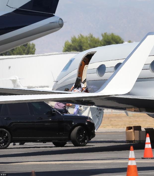 Bắt gặp Kylie Jenner mang cả váy cưới lên phi cơ riêng, phải chăng một đám cưới thế kỷ chuẩn bị diễn ra? - Ảnh 1.