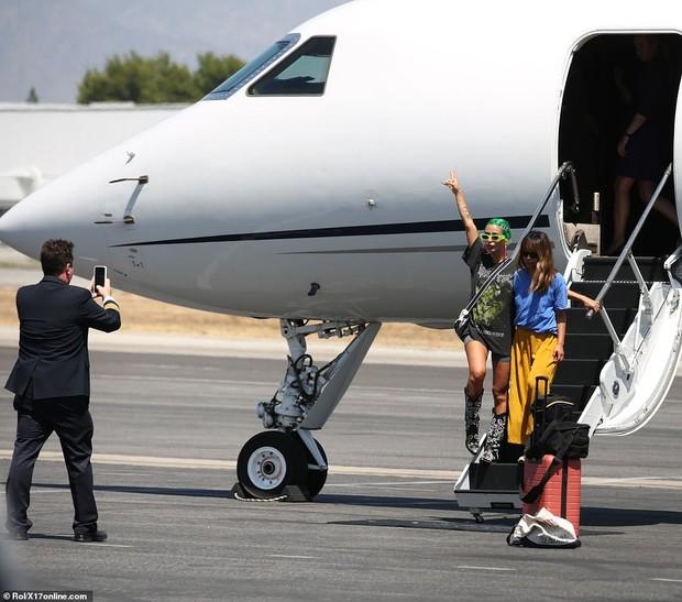 Bắt gặp Kylie Jenner mang cả váy cưới lên phi cơ riêng, phải chăng một đám cưới thế kỷ chuẩn bị diễn ra? - Ảnh 8.