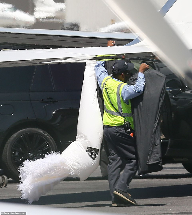 Bắt gặp Kylie Jenner mang cả váy cưới lên phi cơ riêng, phải chăng một đám cưới thế kỷ chuẩn bị diễn ra? - Ảnh 2.