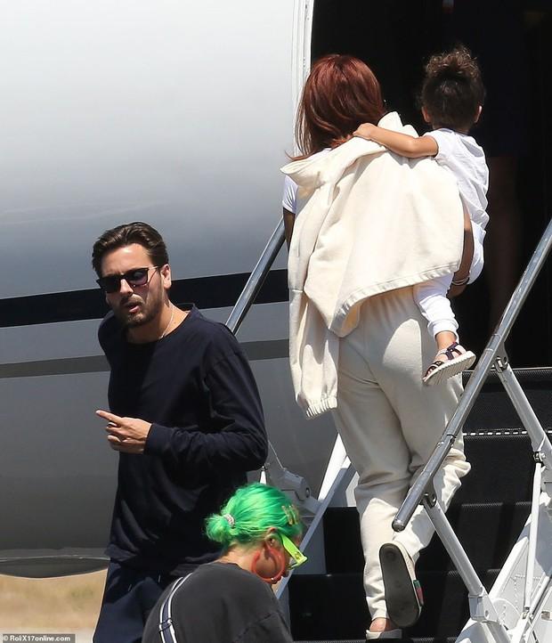 Bắt gặp Kylie Jenner mang cả váy cưới lên phi cơ riêng, phải chăng một đám cưới thế kỷ chuẩn bị diễn ra? - Ảnh 6.