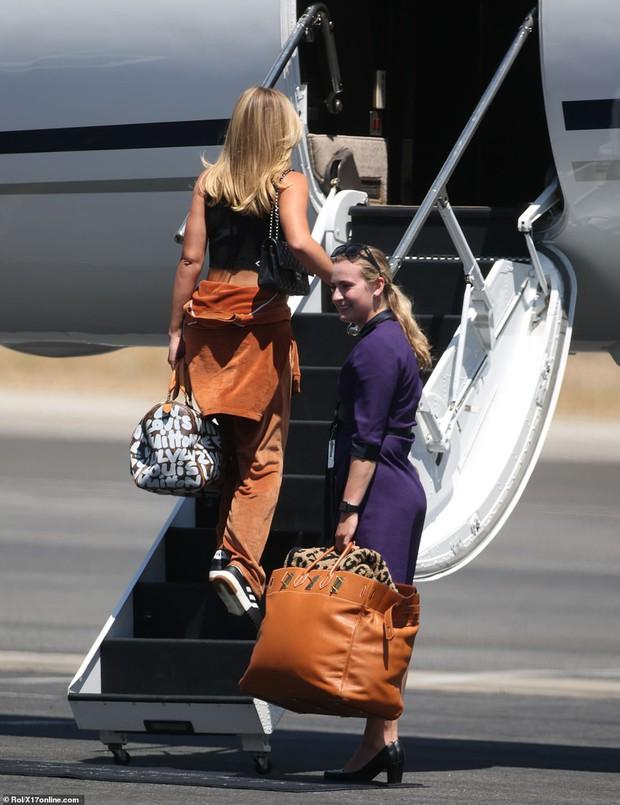 Bắt gặp Kylie Jenner mang cả váy cưới lên phi cơ riêng, phải chăng một đám cưới thế kỷ chuẩn bị diễn ra? - Ảnh 7.