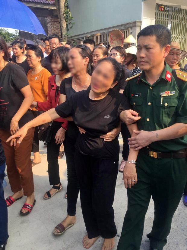 Hình ảnh đau xót: Bố mẹ em bé 6 tuổi gục ngã trước cửa nhà, nhìn thi thể con được đưa về nơi an nghỉ cuối cùng - Ảnh 6.