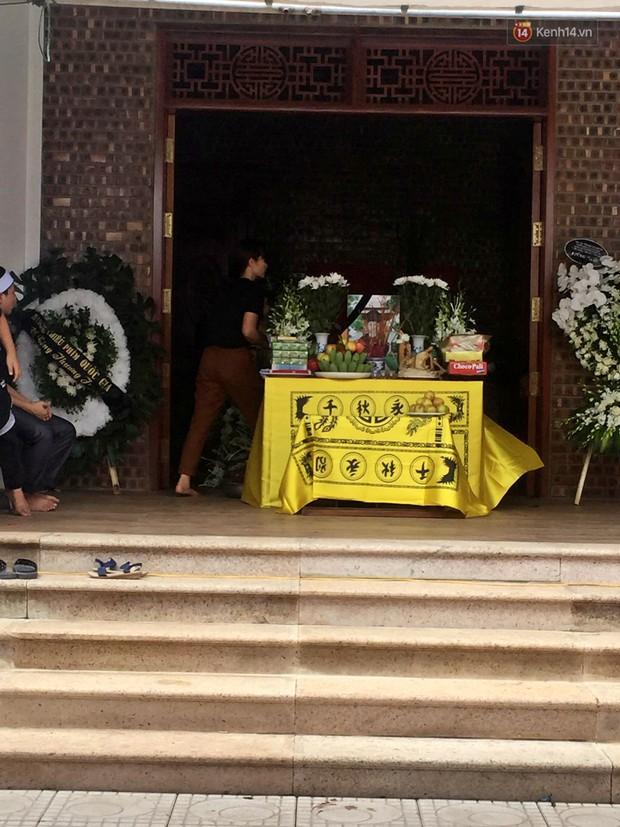 Đám tang đẫm nước mắt của bé trai lớp 1 tử vong vì bị bỏ quên trên xe ô tô đưa đón: Bố mẹ khóc nấc, thẫn thờ trước di ảnh con - Ảnh 2.