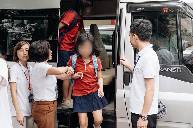 Phụ huynh trường Gateway đưa con đến trường sau vụ bé lớp 1 tử vong: Ngày đầu tiên đi học, đúng 4h chiều cũng nhận thông tin không tìm thấy con... - Ảnh 2.
