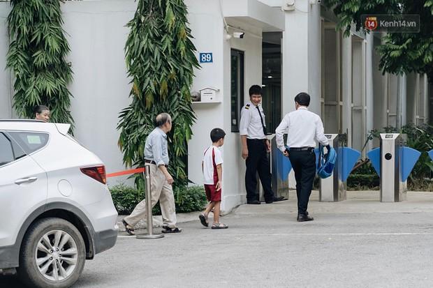 Phụ huynh trường Gateway đưa con đến trường sau vụ bé lớp 1 tử vong: Ngày đầu tiên đi học, đúng 4h chiều cũng nhận thông tin không tìm thấy con... - Ảnh 1.