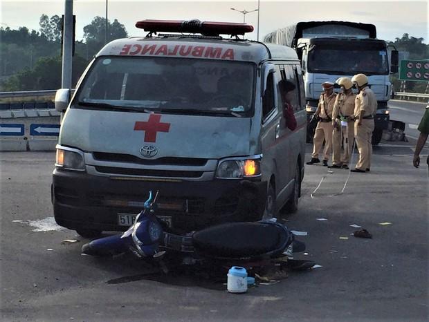 Xe cứu thương chở thi thể bệnh nhân tông xe máy, 2 người nguy kịch - Ảnh 1.