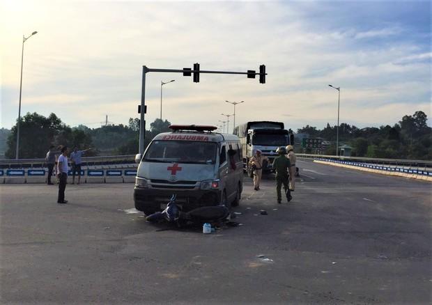 Xe cứu thương chở thi thể bệnh nhân tông xe máy, 2 người nguy kịch - Ảnh 2.