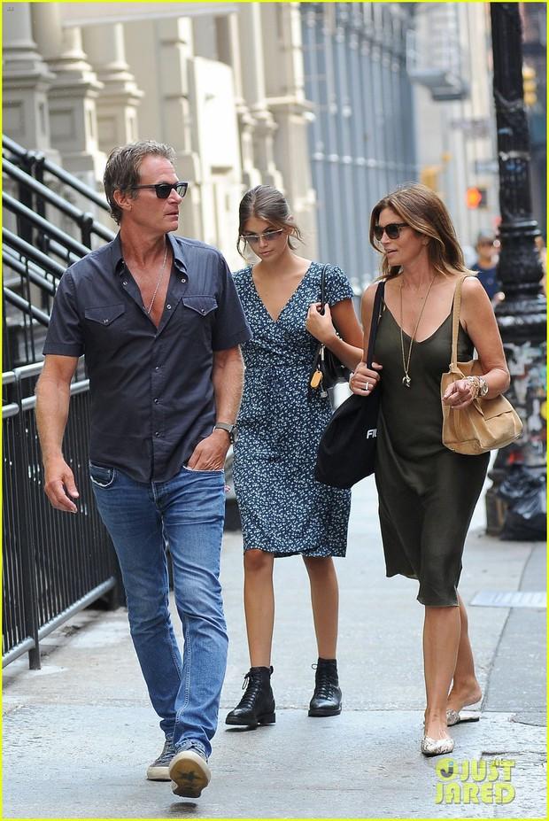 Dạo phố sương sương mà như đi catwalk chỉ có thể là gia đình Cindy Crawford, nhan sắc con gái Kaia gây chú ý lớn - Ảnh 1.