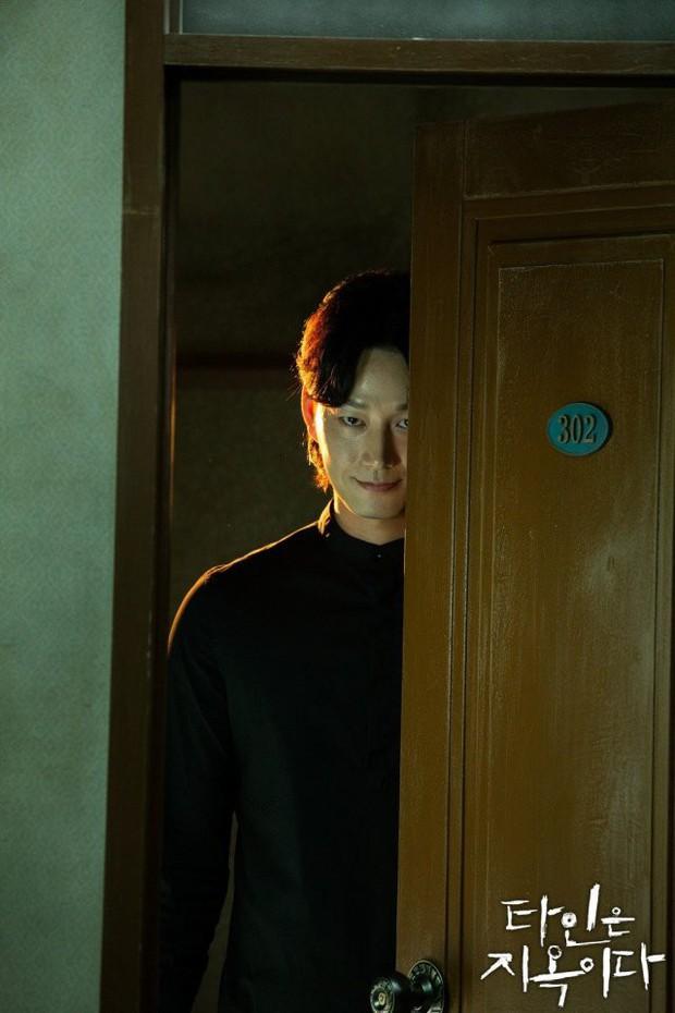 Strangers From Hell chào hàng đầy ám ảnh: Xem xong khỏi ăn thịt bò, fan cầu Lee Dong Wook tái lăn luôn nam chính - Ảnh 8.