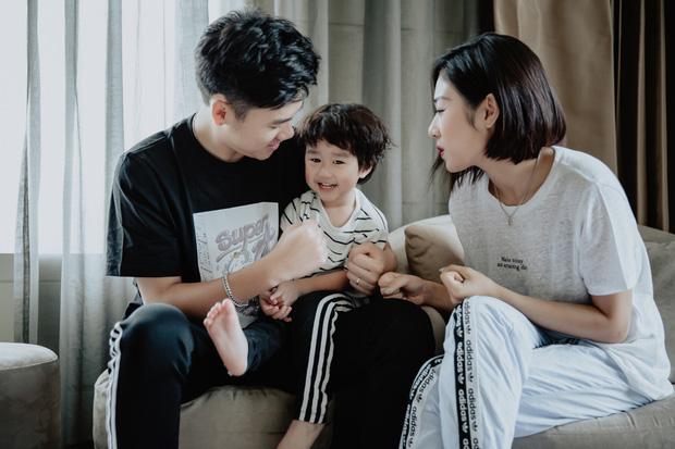 Chia sẻ ảnh đi du lịch Đà Nẵng, gia đình Tùng Sơn - Trang Lou khiến netizen xuýt xoa vì bé Xoài quá dễ cưng - Ảnh 1.