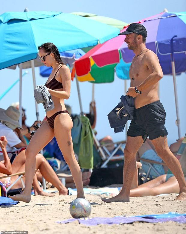 Ngôi sao 50 sắc thái Dakota Johnson diện bikini nóng bỏng đi biển sau khi tái hợp với bạn trai hơn 12 tuổi - Ảnh 1.