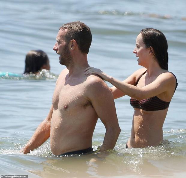 Ngôi sao 50 sắc thái Dakota Johnson diện bikini nóng bỏng đi biển sau khi tái hợp với bạn trai hơn 12 tuổi - Ảnh 4.