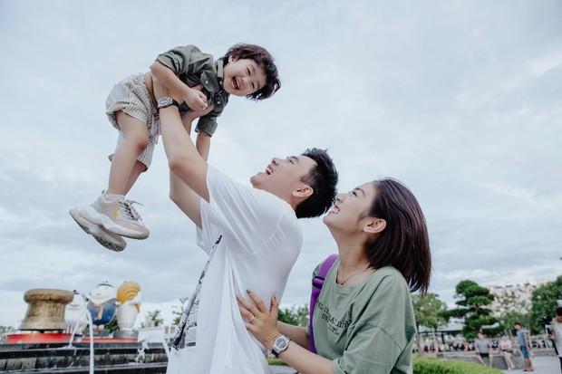 Chia sẻ ảnh đi du lịch Đà Nẵng, gia đình Tùng Sơn - Trang Lou khiến netizen xuýt xoa vì bé Xoài quá dễ cưng - Ảnh 9.