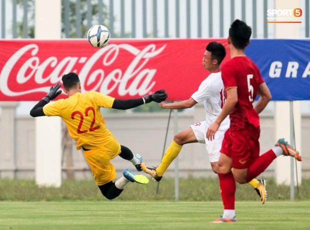 Trung vệ U22 Việt Nam kẹp cổ đàn em ở trận đấu tập, tiền đạo Viettel dính chấn thương đáng tiếc - Ảnh 5.