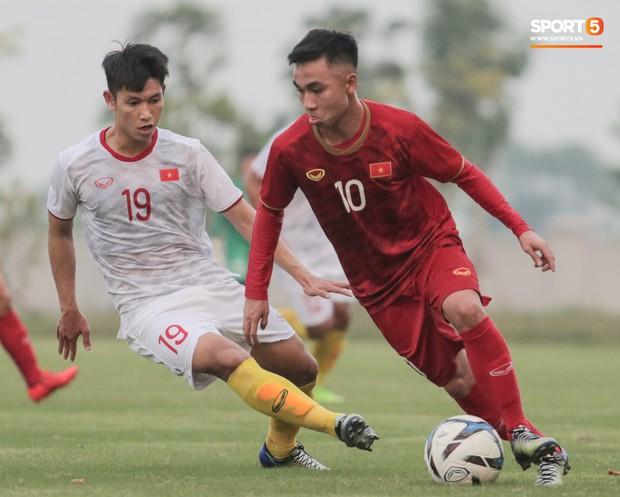 Trung vệ U22 Việt Nam kẹp cổ đàn em ở trận đấu tập, tiền đạo Viettel dính chấn thương đáng tiếc - Ảnh 3.