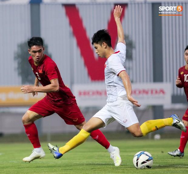 Trung vệ U22 Việt Nam kẹp cổ đàn em ở trận đấu tập, tiền đạo Viettel dính chấn thương đáng tiếc - Ảnh 10.