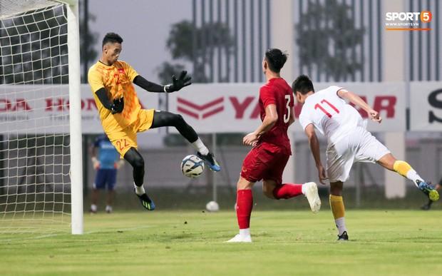 Trung vệ U22 Việt Nam kẹp cổ đàn em ở trận đấu tập, tiền đạo Viettel dính chấn thương đáng tiếc - Ảnh 7.