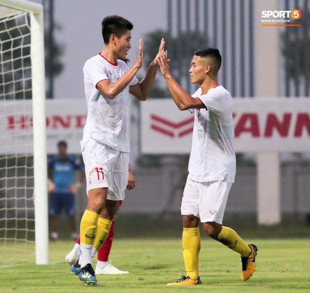 Trung vệ U22 Việt Nam kẹp cổ đàn em ở trận đấu tập, tiền đạo Viettel dính chấn thương đáng tiếc - Ảnh 8.