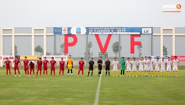 Trung vệ U22 Việt Nam kẹp cổ đàn em ở trận đấu tập, tiền đạo Viettel dính chấn thương đáng tiếc - Ảnh 1.