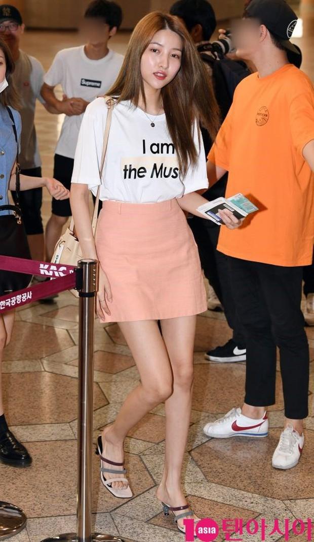Nữ idol xấu nhất lịch sử Kpop một thời ngày càng xinh, ra sân bay sương sương mà lấn át cả chân dài G-Friend - Ảnh 5.