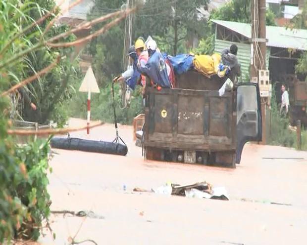 Đà Lạt ngập chưa từng thấy sau trận mưa lớn kéo dài, nhiều ô tô chìm trong biển nước - Ảnh 4.