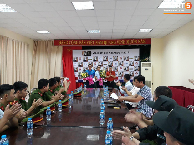 VPF trao thưởng cho BTC sân Thiên Trường và 5 chiến sĩ công an cứu em bé bị co giật tại Nam Định - Ảnh 3.