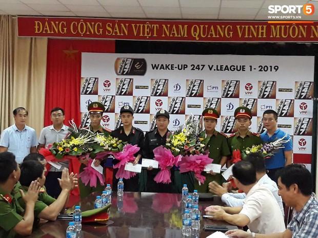 VPF trao thưởng cho BTC sân Thiên Trường và 5 chiến sĩ công an cứu em bé bị co giật tại Nam Định - Ảnh 1.