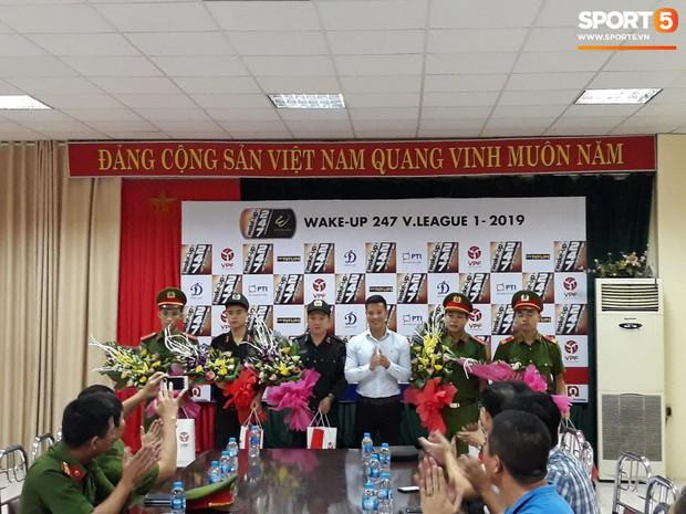 VPF trao thưởng cho BTC sân Thiên Trường và 5 chiến sĩ công an cứu em bé bị co giật tại Nam Định - Ảnh 2.