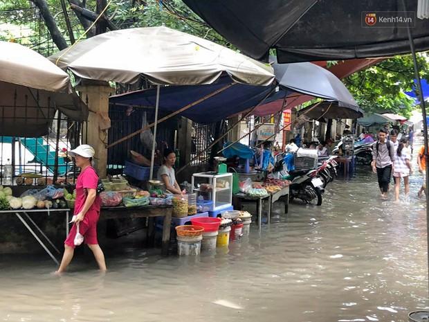 Ảnh: Hà Nội mưa xối xả, người dân chật vật đi làm giữa con đường nước ngập ngang xe - Ảnh 7.
