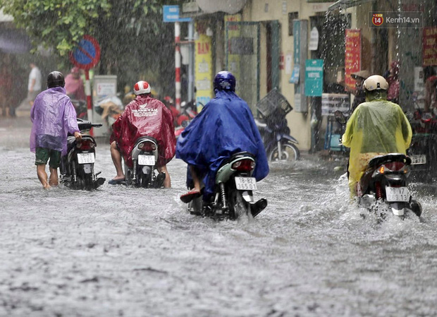 Ảnh: Hà Nội mưa xối xả, người dân chật vật đi làm giữa con đường nước ngập ngang xe - Ảnh 2.